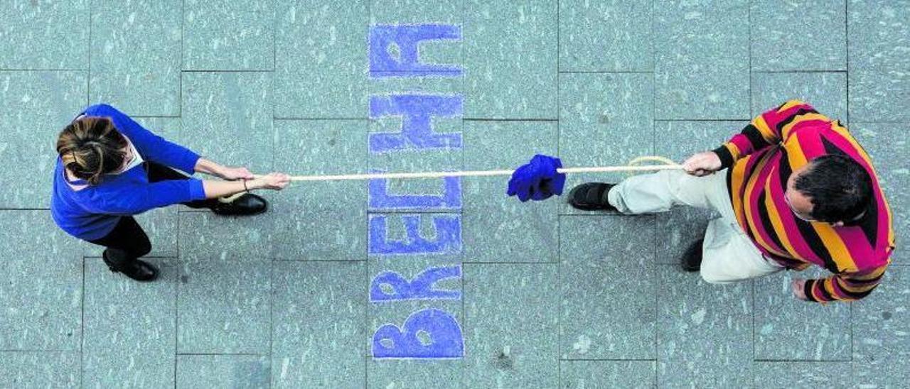 Inmaculada Corralo y Raúl Casado tiran de la cuerda durante su debate sobre brecha salarial de género  en Mieres.