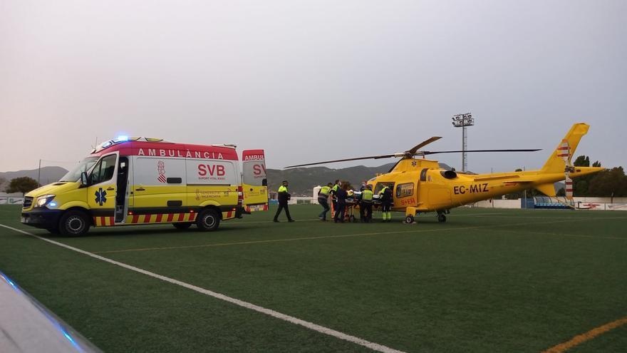 Trasladan en helicóptero a Alicante a un ciclista herido en el casco urbano de Onil