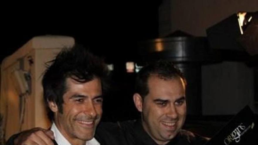 Óscar Díez (derecha) tras recibir el premio.