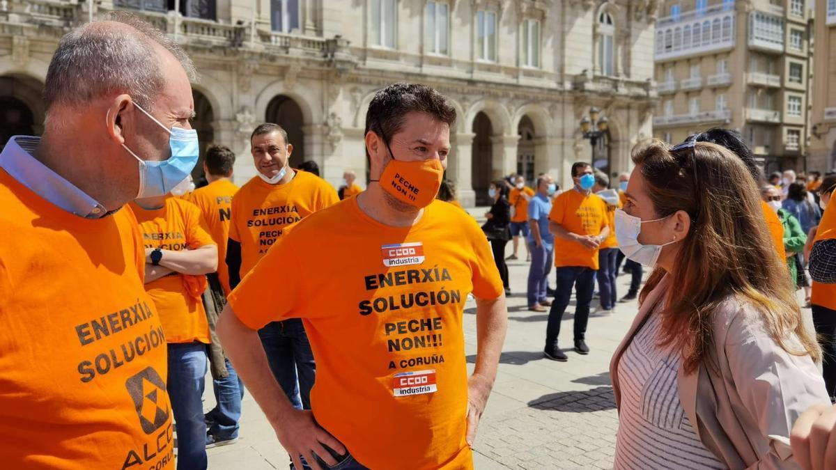 La alcaldesa de A Coruña, en María Pita, con trabajadores de Alu Ibérica durante una protesta. / L.O.