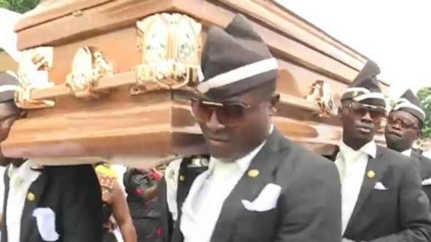 Conoce la historia detrás del baile de los enterradores africanos que te ha llegado por WhatsApp