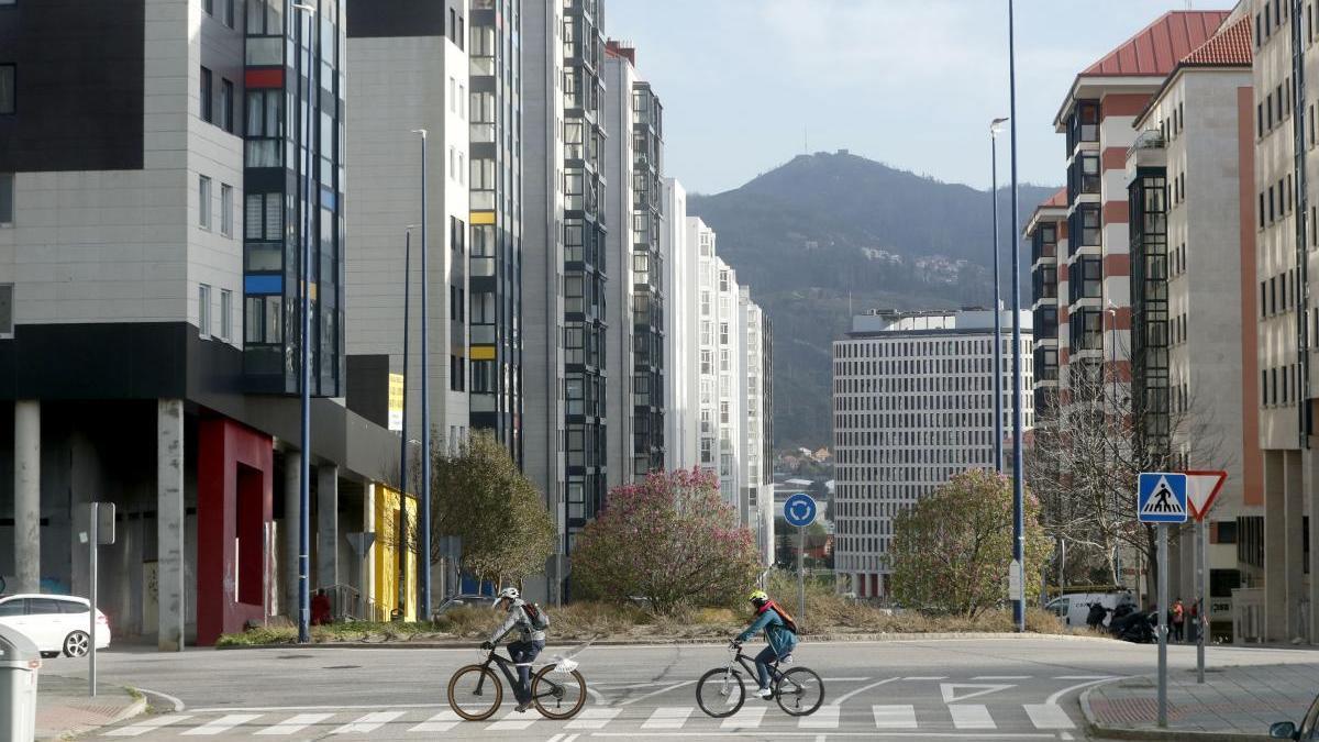 Sorprenden a un hombre tirando su basura desde un úndecimo piso en Vigo