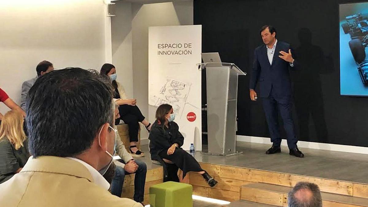 César Cernuda, durante su intervención.   I. G.