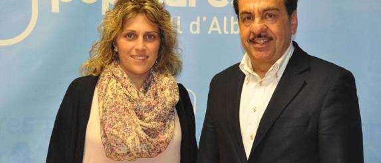 Martínez junto a su relevo en la candidatura, Marta Barrachina.