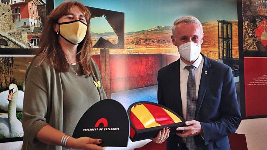 Laura Borràs obsequia Puigcerdà amb una senyera del Parlament