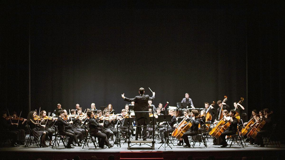 La orquesta sinfónica de la Esmar, durante un concierto.  Eva Ripoll