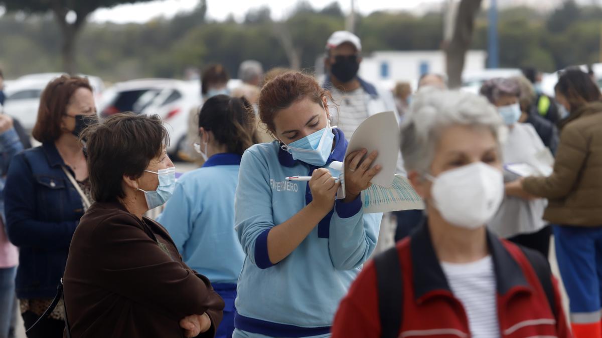 Personas esperan para recibir su vacuna en Vélez-Málaga
