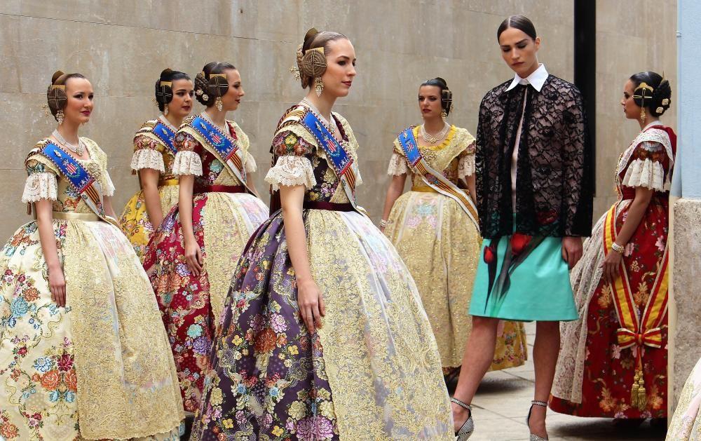 La fallera mayor y la corte exhiben la indumentaria para Harper's Bazaar