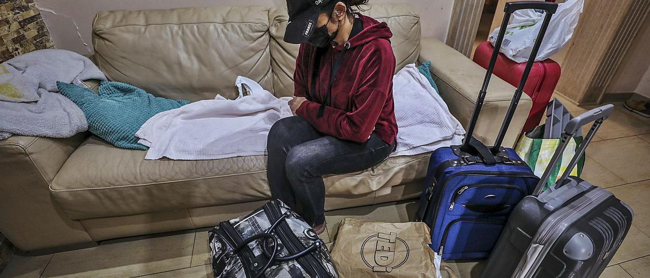 Con su hija de 12 años en otra casa, esta mujer desahuciada de Santa Pola vive en un sofá rodeada de unas pocas pertenencias. | ANTONIO AMORÓS