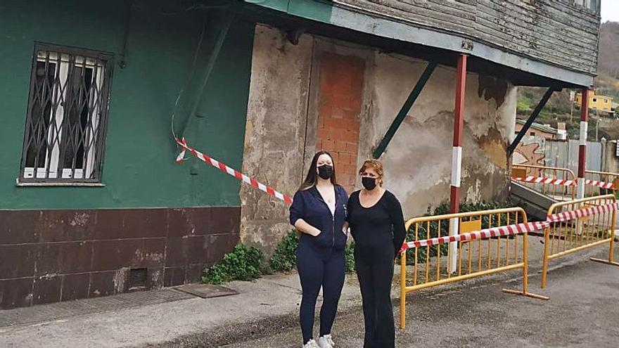Una familia de La Felguera demanda una solución tras un derrumbe en la casa contigua