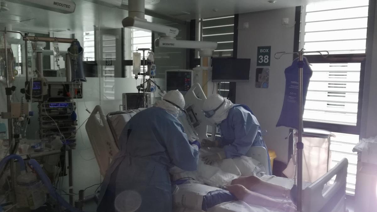 Un pacient a la UCI en un centre hospitalari espanyol