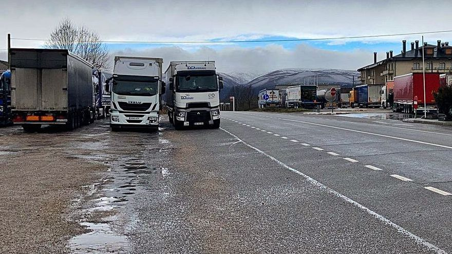 El mal tiempo obliga a embolsar camiones en Puebla de Sanabria