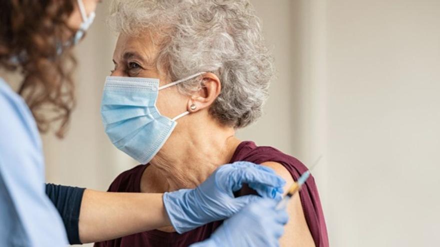 Las vacunas y las nuevas variantes del covid: ¿Con qué cepas son más y menos eficaces?
