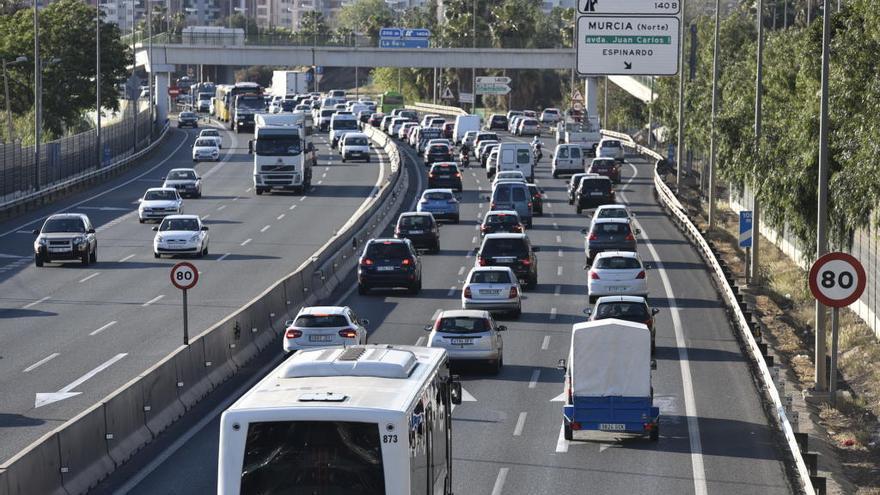 Seis kilómetros de atasco en Murcia en el inicio de la operación salida