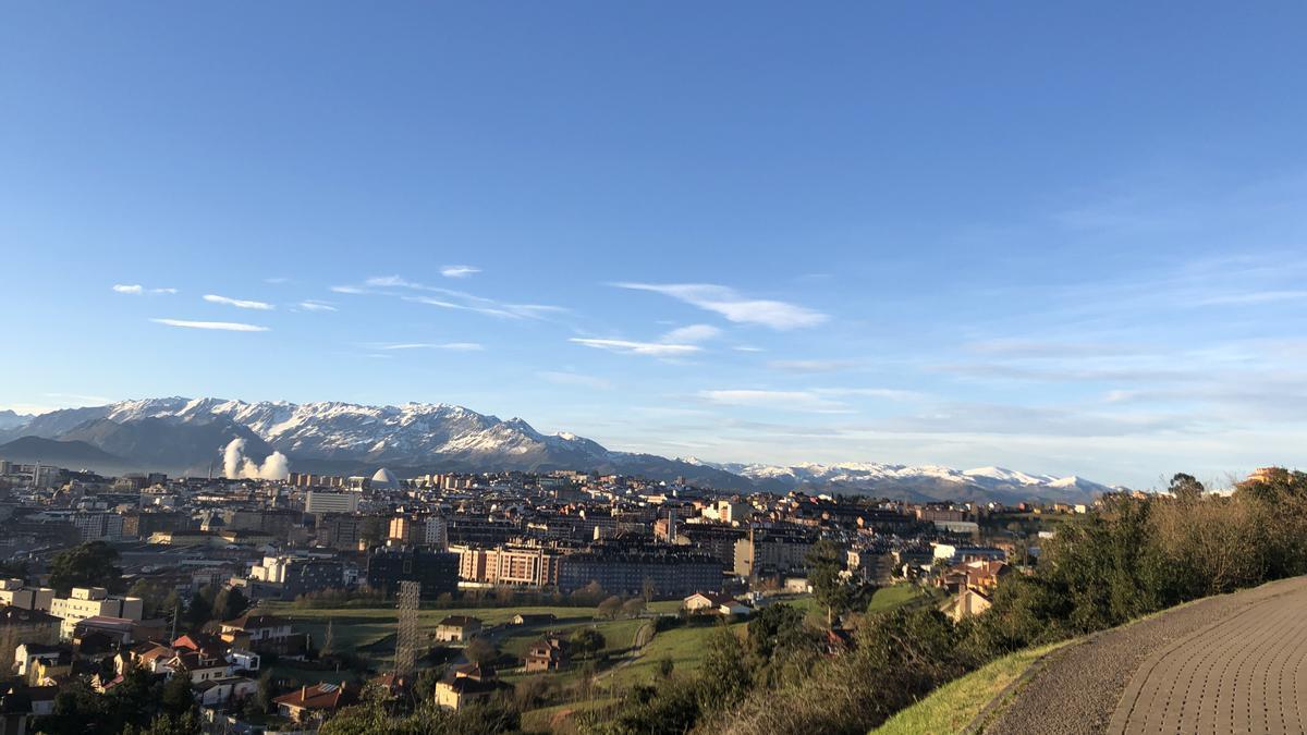 Cielos despejados en Oviedo, esta mañana de martes.