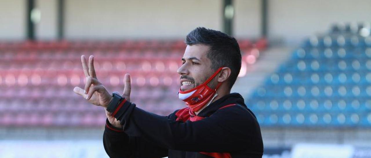 José Tizón dirigiendo a la Unión Deportiva Atios.    IÑAKI OSORIO