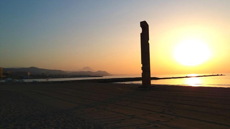 El Campello pide respetar el horario de limpieza de playas ante la concentración de personas por las noches