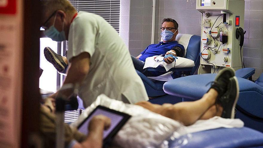Sesenta pacientes curados de coronavirus donan plasma de su sangre para tratar a otros enfermos