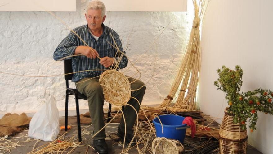 El oficio de la cestería llega a La Sala de la Fedac con uno de sus últimos artesanos