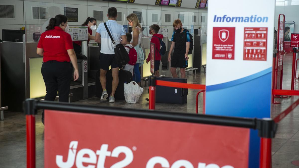 Turistas británicos facturando su equipaje en el aeropuerto en una imagen del verano pasado