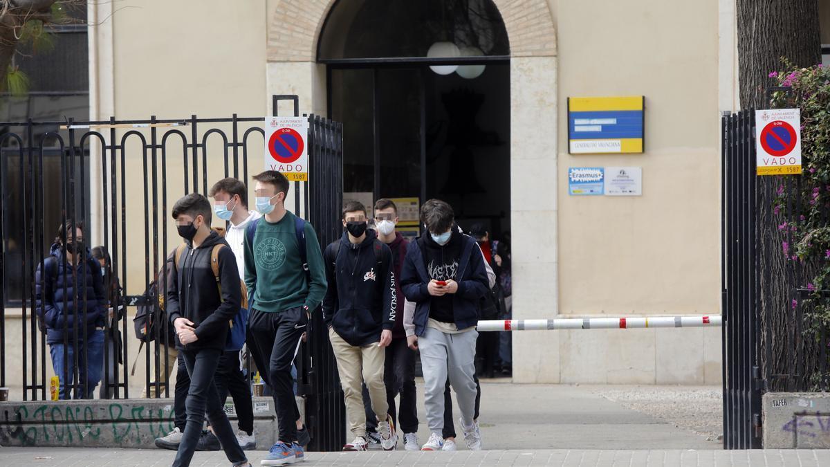 Estudiantes saliendo del instituto.