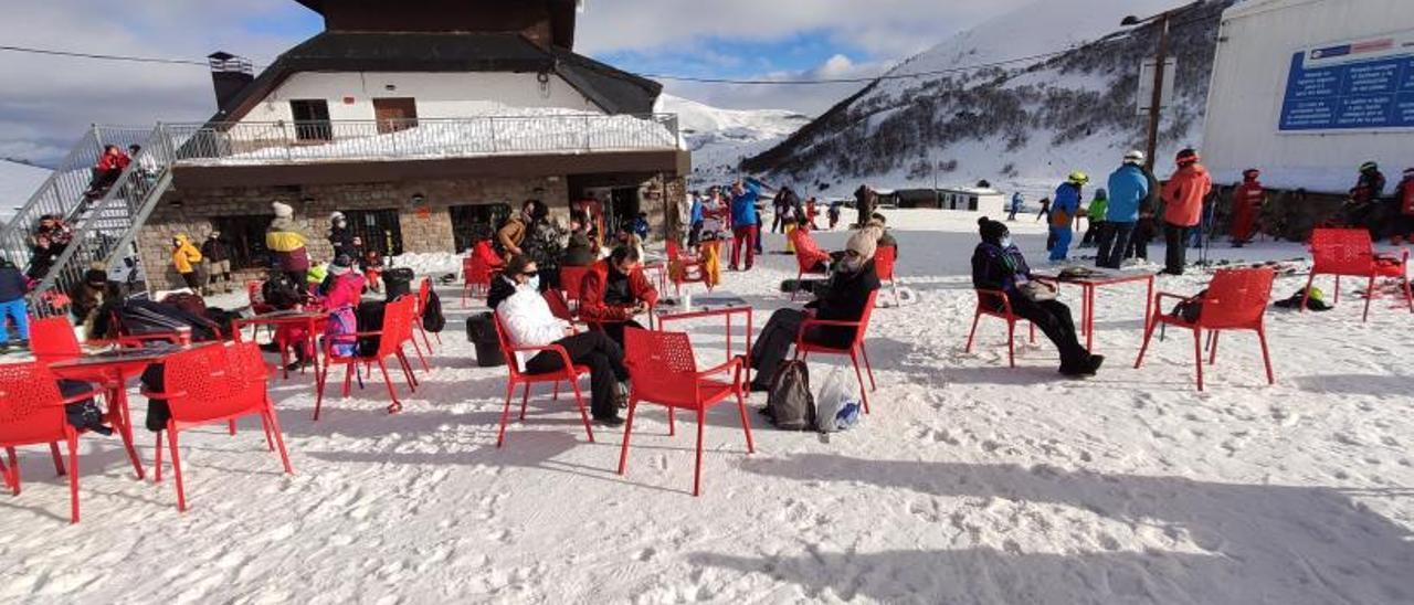 Esquiadores en la zona de la cafetería de la estación de Pajares, el pasado mes de enero. | A. Velasco