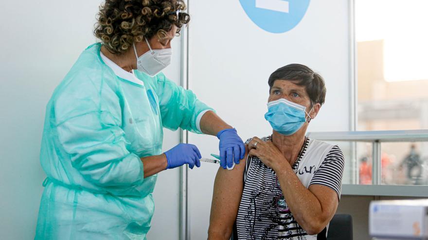 El Govern defiende que vacuna «más rápido» que el resto del país