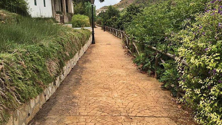 Algar elimina las cañas y las malas hierbas de «El passeig de l'amor»
