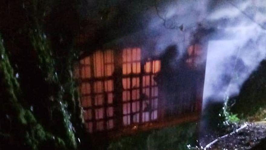 El fuego arrasa en Cerdedo-Cotobade una casa con difícil acceso para los Bomberos