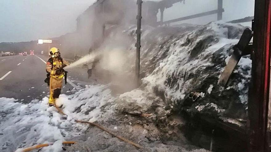 Un camió s'incendia quan circulava l'autopista a l'AP-7 a Fogars de la Selva