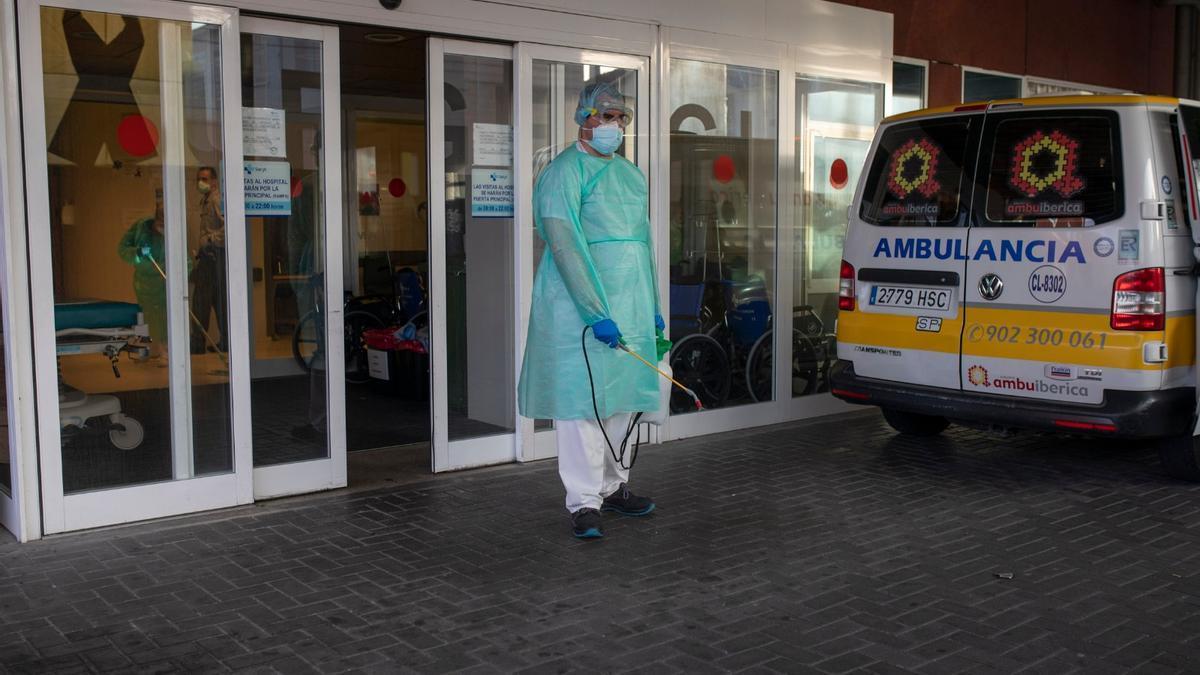 Tareas de desinfección en el Hospital Virgen de la Concha