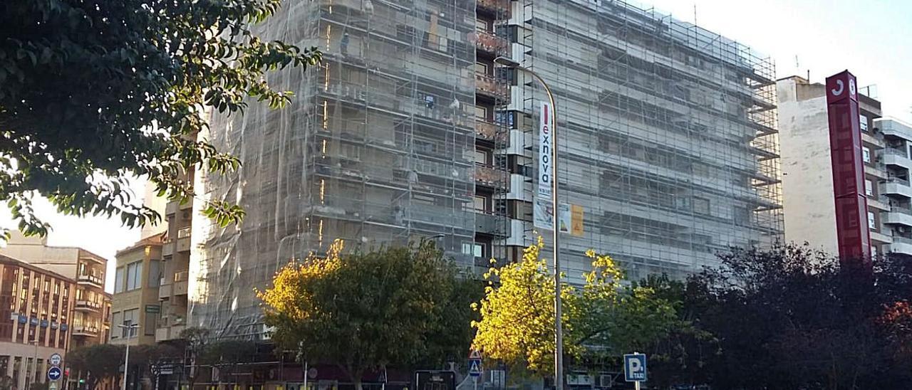 Un edificio de Gandia que está rehabilitando toda la fachada, en una imagen de ayer mismo.   LEVANTE-EMV