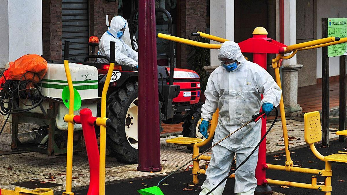 Operarios de Ribadumia realizan una desinfección en un área biosaludable. |   // IÑAKI ABELLA
