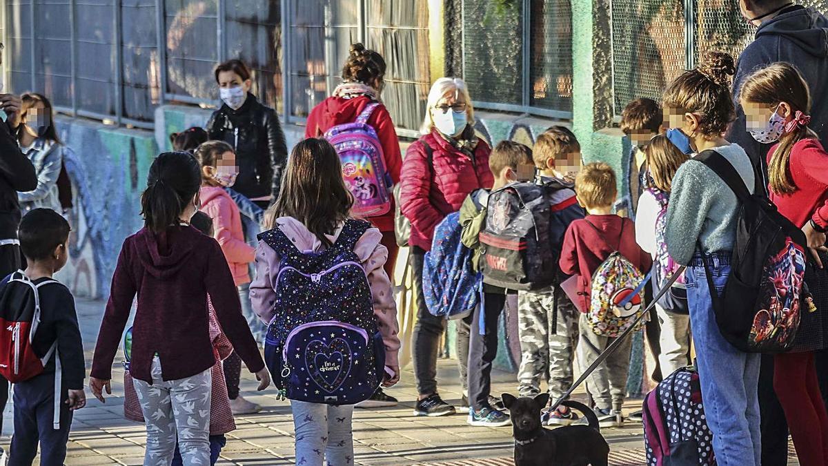 Alumnos a las puertas de un colegio de Alicante espera para entrar a primera hora.