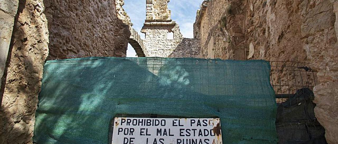 Aviso instalado por el consistorio en las ruinas.   PERALES IBORRA