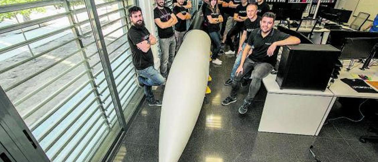 El equipo de PLD Space con uno de los prototipos de su cohete.   ANTONIO AMORÓS