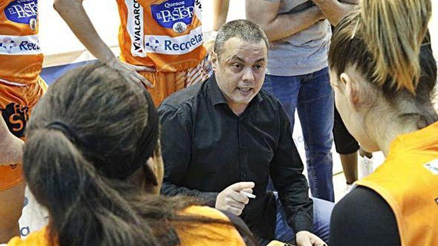 Fran García da instrucciones a sus jugadoras en un partido de la pasada campaña.