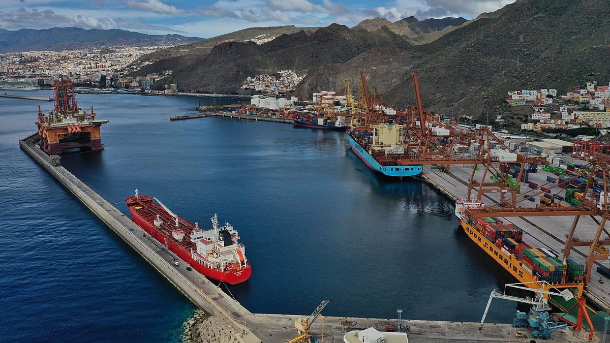 Contenedores de mercancías en el puerto de Santa Cruz de Tenerife.