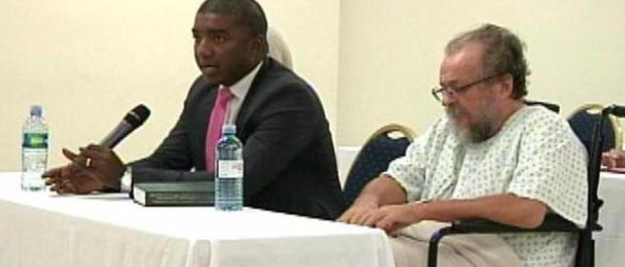 Vladimir Kokorev con su abogado en la vista de extradición en Panamá.