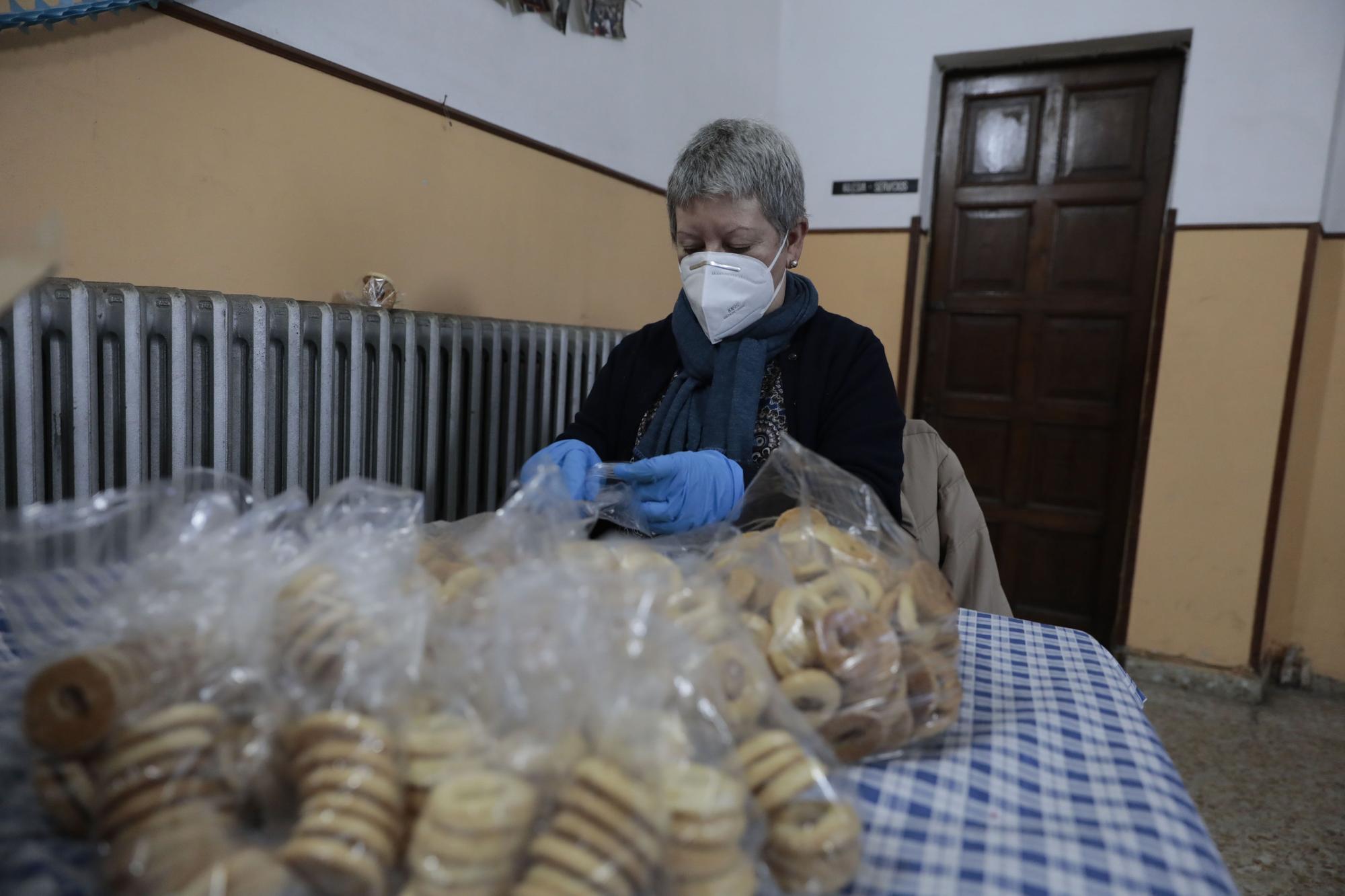 Los vecinos de Jove preparan sus rosquillas de San Blas