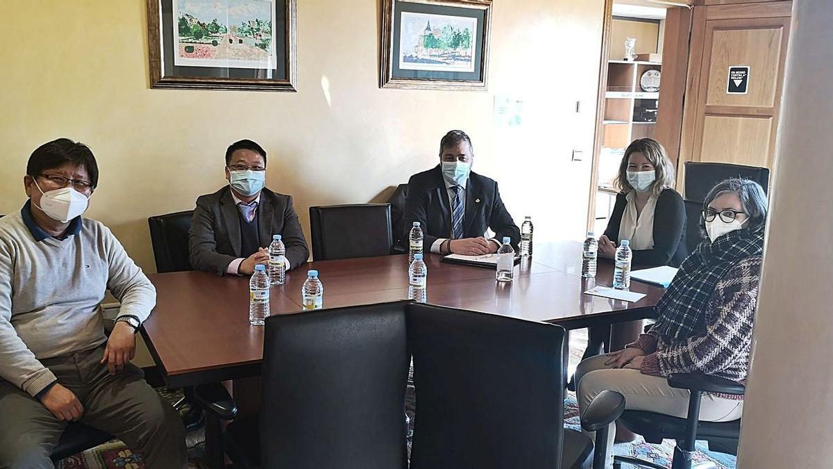 Reunión entre el equipo directivo de Albo, la alcaldesa M.Valcárcel, E. Groba y técnica de orientación |  // D.P.