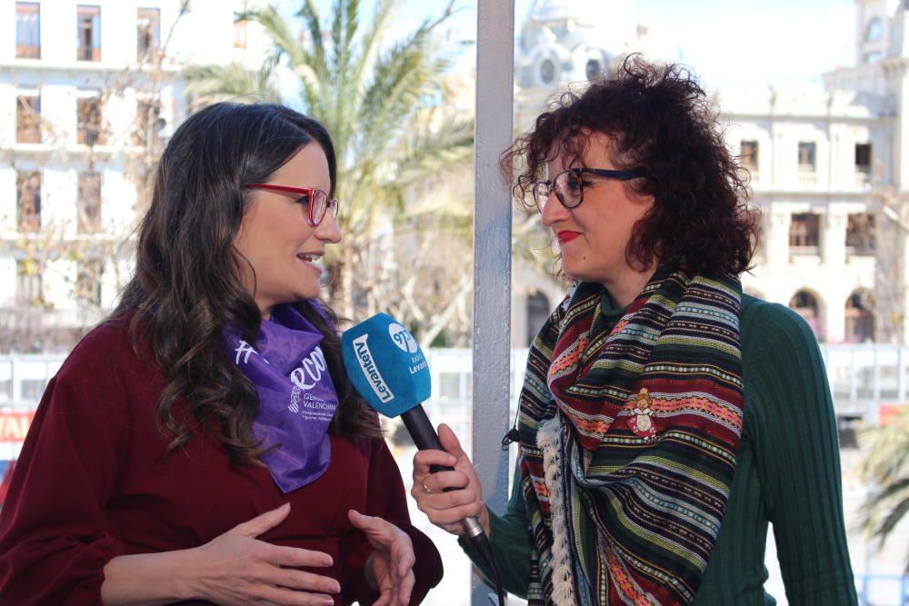 Mónica Oltra, ya con el pañuelo morado, y Pepa Gómez