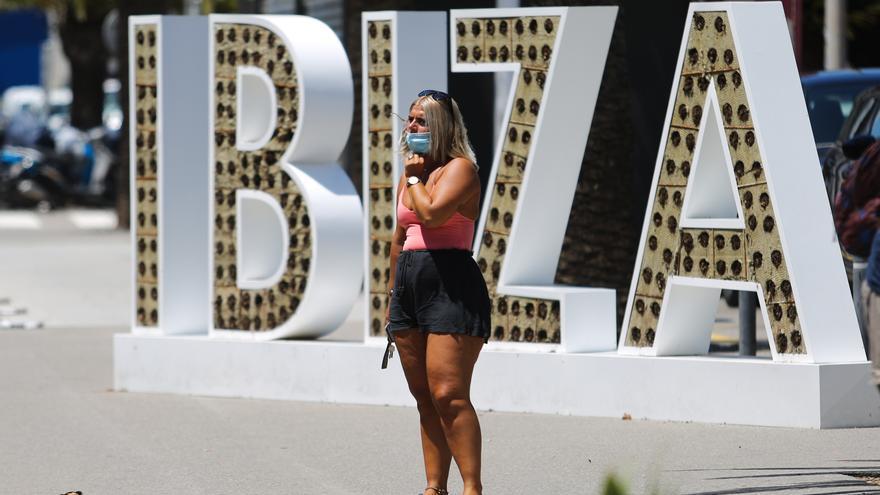 Detenido por robar el bolso a un turista que se hacía un 'selfie'  en el aeropuerto de Ibiza
