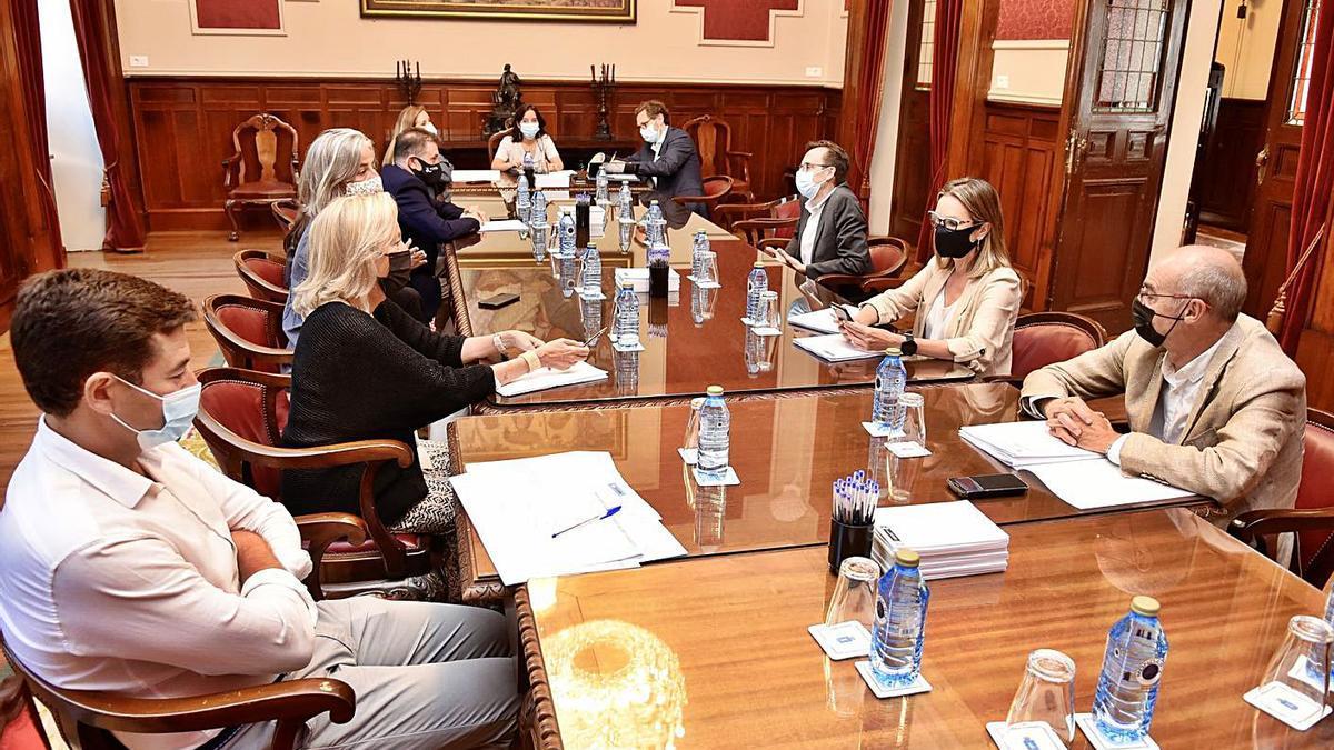 Sesión de la Junta de Gobierno Local que aprobó ayer el nuevo Presco y los convenios.     // LA OPINIÓN