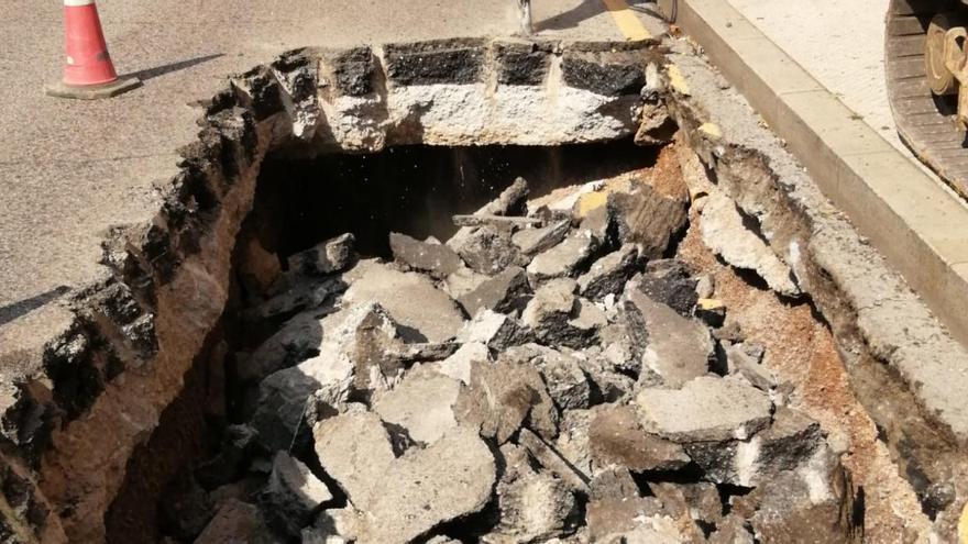 Infraestructuras repara un gran socavón producido en la calle General Elorza de Oviedo