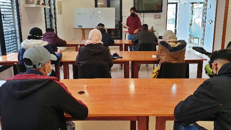 Una desena de persones participen al curs d'alfabetització en català a Òdena