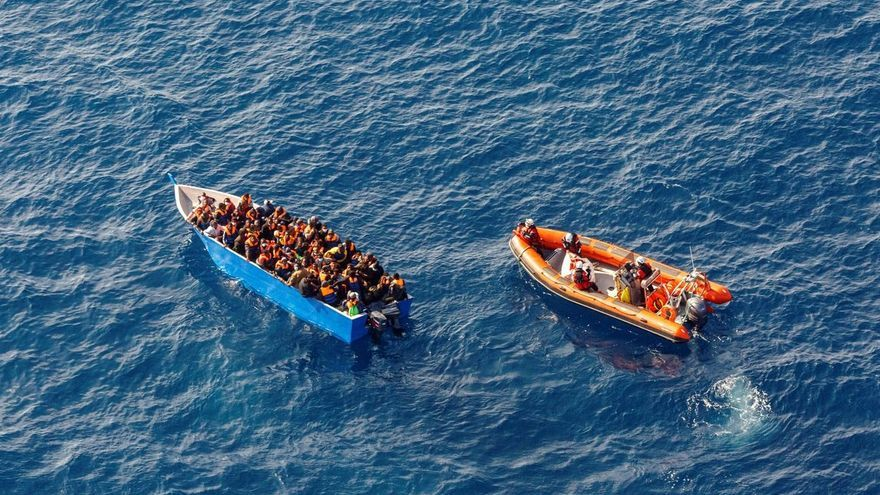 Salvamento rescata y conduce a Gran Canaria a 41 ocupantes de un cayuco