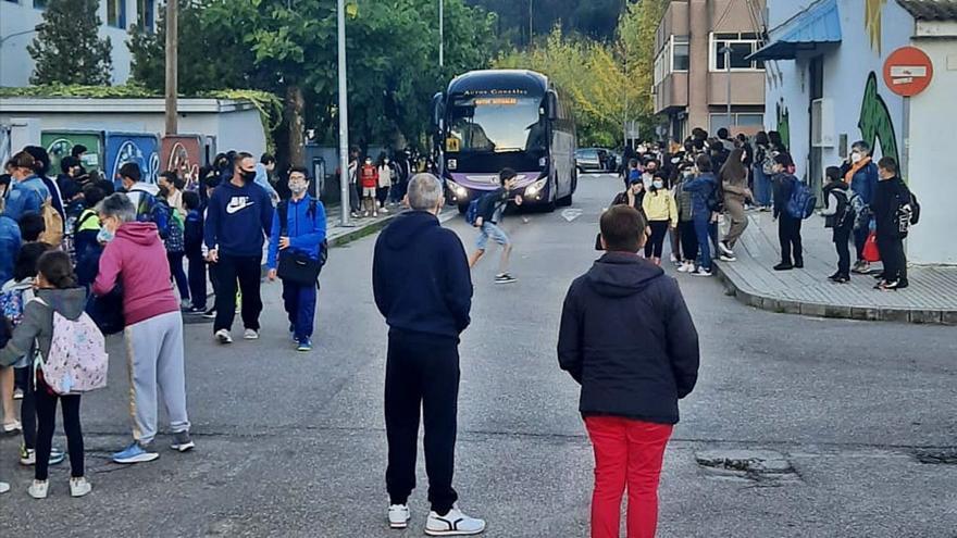 Reclaman que se prohíba el paso de autobuses a la zona escolar de Redondela