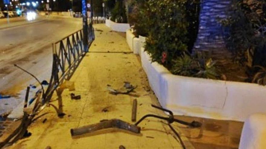 Un conductor borracho choca con una valla en Ibiza