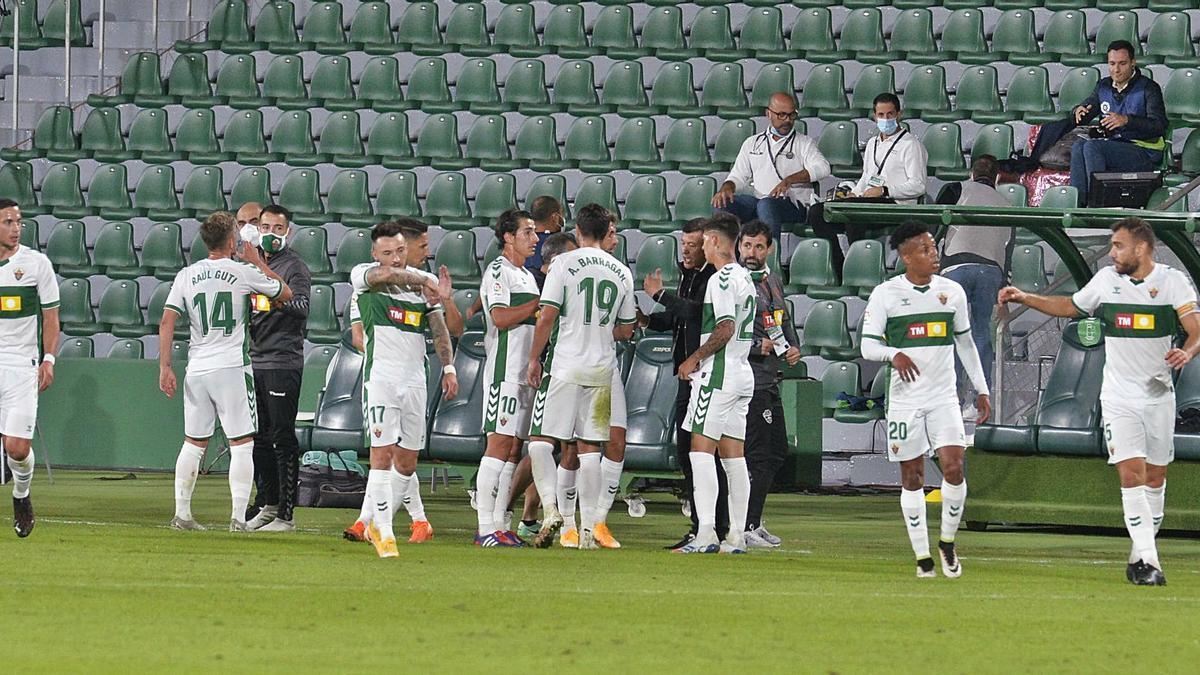 Los jugadores del Elche atienden instrucciones de su entrenador Jorge Almirón durante el derbi autonómico del pasado viernes, con victoria franjiverde por 2-1.